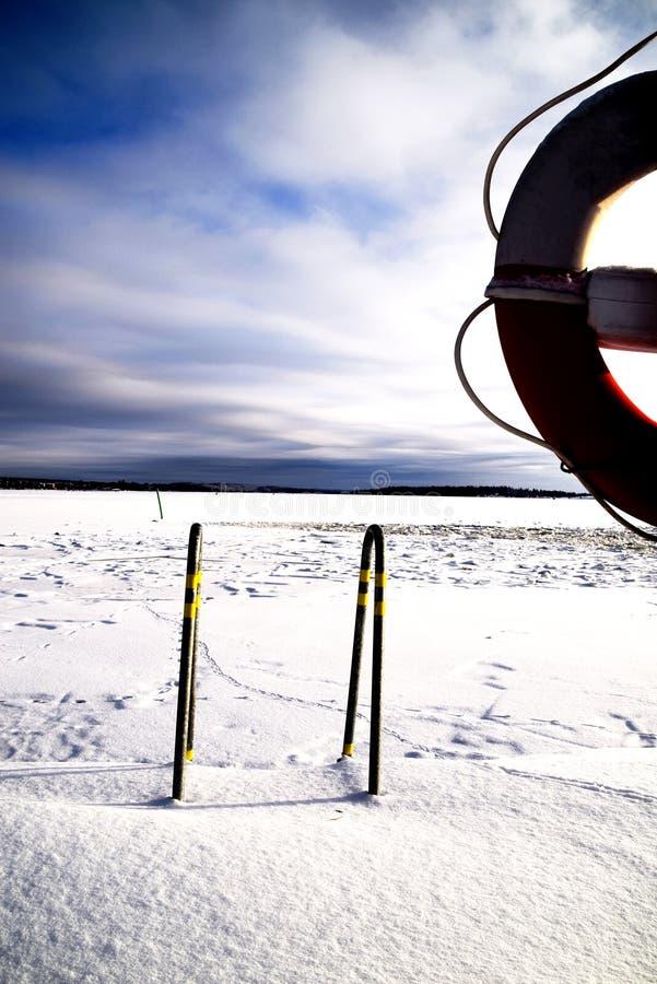 Χιόνι που καλύπτει το λιμενοβραχίονα και τη λίμνη στοκ φωτογραφίες με δικαίωμα ελεύθερης χρήσης