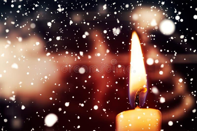 Χιόνι που πέφτει ενάντια στο κάψιμο κεριών ελεύθερη απεικόνιση δικαιώματος