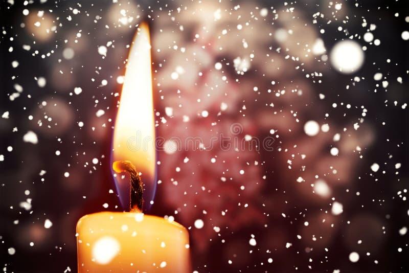 Χιόνι που πέφτει ενάντια στο κάψιμο κεριών διανυσματική απεικόνιση