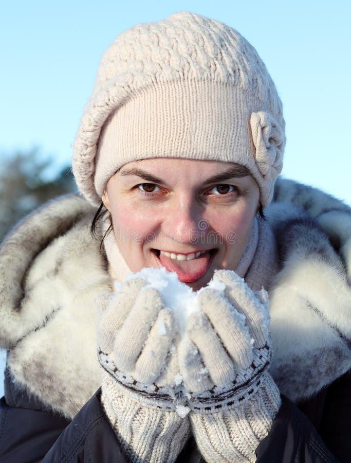 χιόνι που ρίχνει τη γυναίκα στοκ φωτογραφία με δικαίωμα ελεύθερης χρήσης