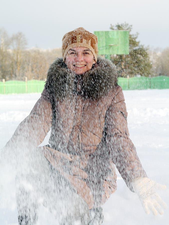 χιόνι που ρίχνει τη γυναίκα στοκ εικόνες