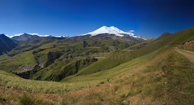 Χιόνι σε δύο αιχμές του υποστηρίγματος Elbrus Βόρειος Καύκασος στη Ρωσία στοκ φωτογραφία με δικαίωμα ελεύθερης χρήσης
