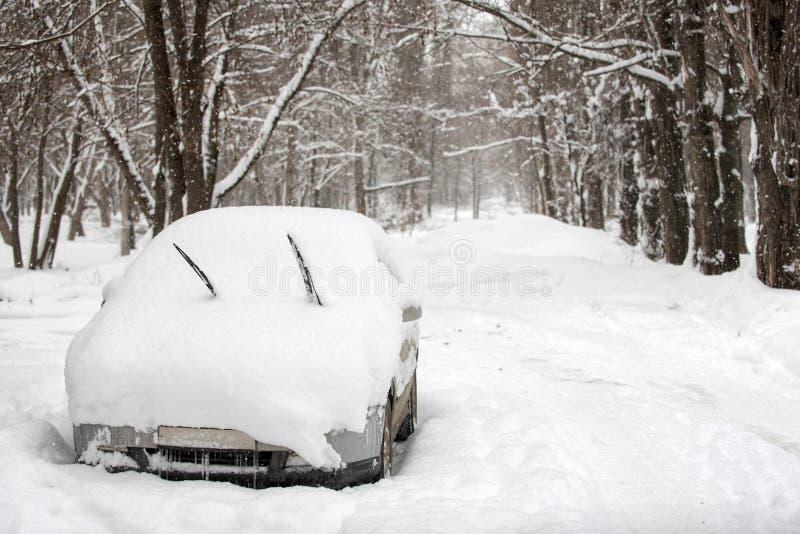 Χιόνι στα αυτοκίνητα στο πάρκο μετά από τις χιονοπτώσεις Χειμερινή αστική σκηνή στοκ φωτογραφίες