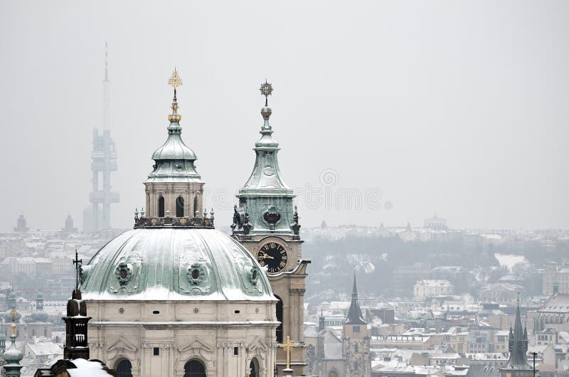 Χιόνι στη στέγη της εκκλησίας του ST Nicholas, Πράγα στοκ εικόνα