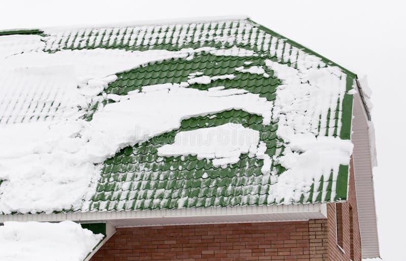 Χιόνι στη στέγη του σπιτιού στοκ φωτογραφίες