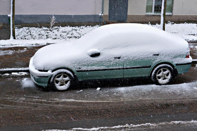Χιόνι στο αυτοκίνητο μετά την χιονόπτωση στοκ φωτογραφίες