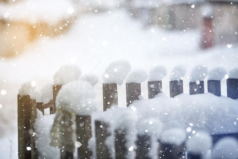 Χιόνι στο φράκτη κατά τη διάρκεια των χιονοπτώσεων στοκ φωτογραφία με δικαίωμα ελεύθερης χρήσης