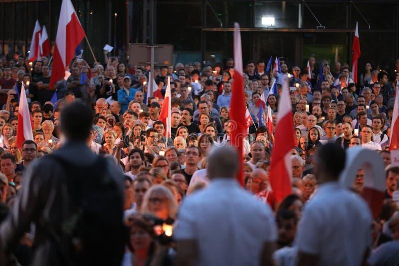 Χιλιάδες κυβερνητικοί αντίπαλοι διαμαρτυρήθηκαν στην Κρακοβία ενάντια στις νέες δικαστικές μεταρρυθμίσεις και τα μελλοντικά σχέδι στοκ φωτογραφία