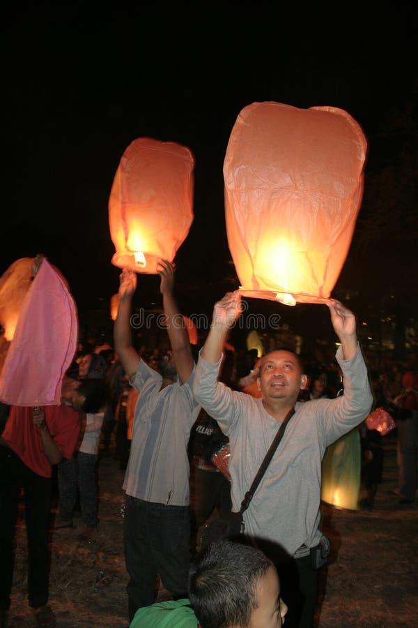 Download Χιλιάδες φανάρια που πετούν τη νύχτα Εκδοτική Φωτογραφία - εικόνα από νύχτα, διασκέδαση: 62711632