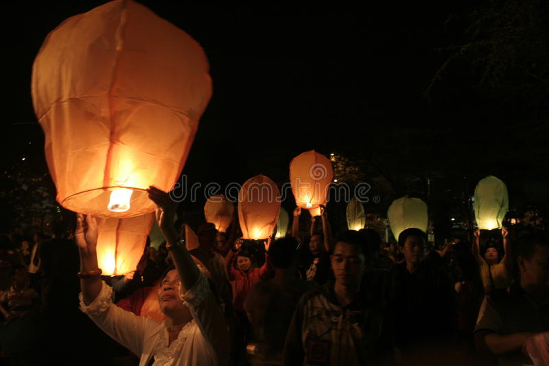 Download Χιλιάδες φανάρια που πετούν τη νύχτα Εκδοτική Στοκ Εικόνες - εικόνα από φανάρια, σκοτάδι: 62711648
