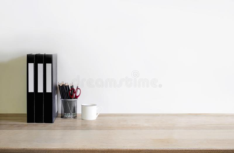 Χλεύη διαστήματος εργασίας επάνω: ξύλινο tabletop με το φάκελλο αρχείων, φλυτζάνι καφέ στοκ φωτογραφίες με δικαίωμα ελεύθερης χρήσης