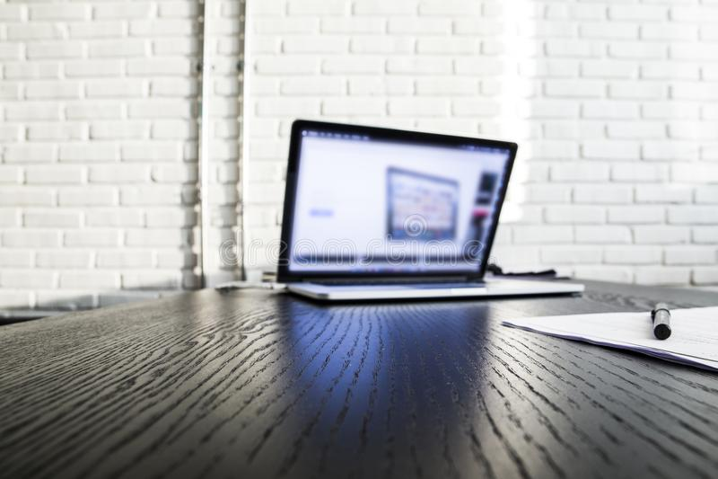 Χλεύη επάνω στον εγχώριο υπολογιστή γραφείου με τα εξαρτήματα και τα εργαλεία εργασίας, κενός φορητός προσωπικός υπολογιστής οθόν στοκ εικόνες με δικαίωμα ελεύθερης χρήσης