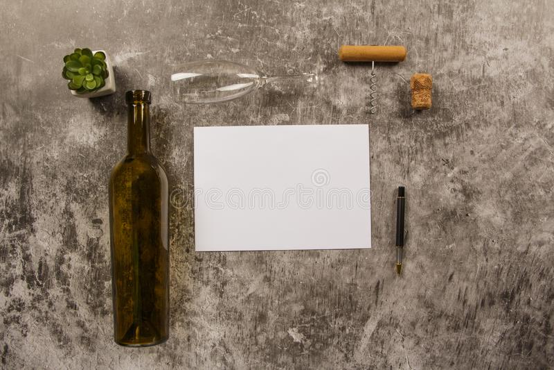 Χλεύη επάνω στο πρότυπο με τα βλαστημένα λουλούδια των άσπρων τριαντάφυλλων με έναν καθαρούς φάκελο, ένα σημειωματάριο και ένα φλ στοκ φωτογραφία με δικαίωμα ελεύθερης χρήσης
