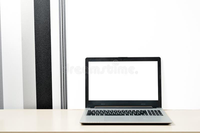 Χλεύη επάνω στο lap-top, σημειωματάριο στο γραφείο στο minimalistic γραπτό τοίχο υποβάθρου στοκ φωτογραφίες με δικαίωμα ελεύθερης χρήσης