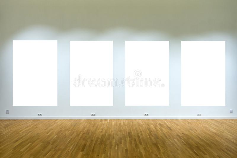 Χλεύη επάνω Τέσσερις κενές αφίσες στον τοίχο στο εσωτερικό στοών στοκ εικόνες με δικαίωμα ελεύθερης χρήσης