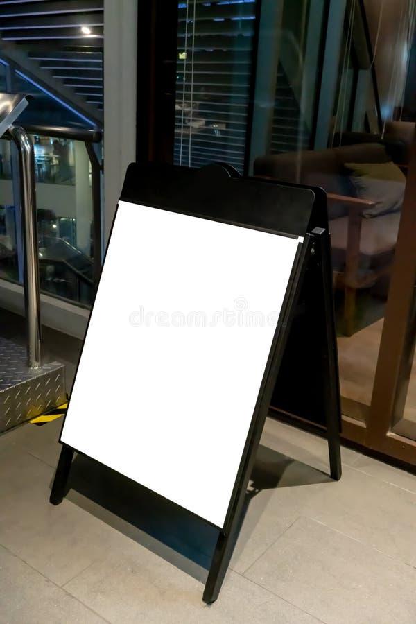 Χλεύη επάνω του σημαδιού όρθιων επιβατών πινάκων μπροστά από τη καφετερία στοκ εικόνα με δικαίωμα ελεύθερης χρήσης