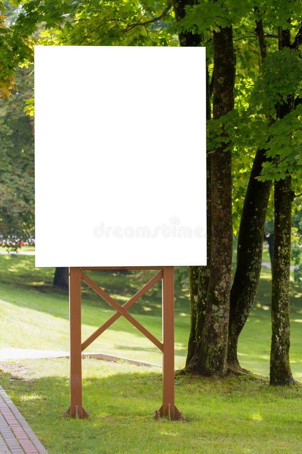 Χλεύη επάνω Υπαίθρια διαφήμιση, κενός πίνακας διαφημίσεων υπαίθρια, πίνακας δημόσια πληροφορίας στο πάρκο στοκ φωτογραφίες με δικαίωμα ελεύθερης χρήσης