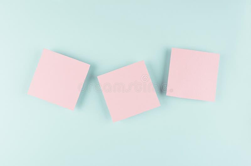 Χλεύη κινούμενων σχεδίων αποκριών επάνω για τη διαφήμιση, σχέδιο, κάλυψη - ρόδινα τετράγωνα εγγράφου στο υπόβαθρο μεντών κρητιδογ στοκ φωτογραφία με δικαίωμα ελεύθερης χρήσης