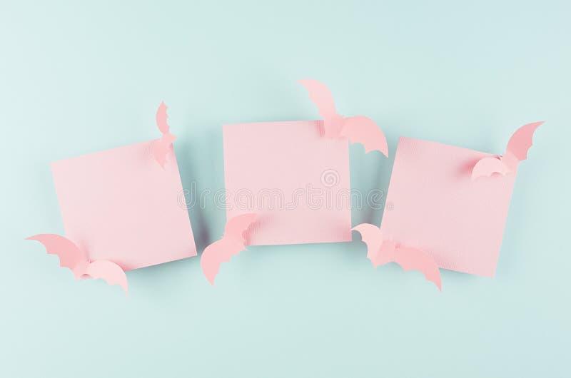 Χλεύη κινούμενων σχεδίων αποκριών επάνω για τη διαφήμιση, σχέδιο, κάλυψη - τρία ρόδινα τετράγωνα εγγράφου με τα αστεία ρόπαλα στο στοκ εικόνες