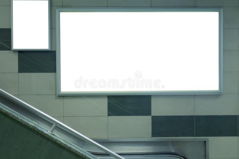Χλεύη συστημάτων σηματοδότησης εμβλημάτων πινάκων διαφημίσεων επάνω στην επίδειξη στον υπόγειο στοκ εικόνες με δικαίωμα ελεύθερης χρήσης