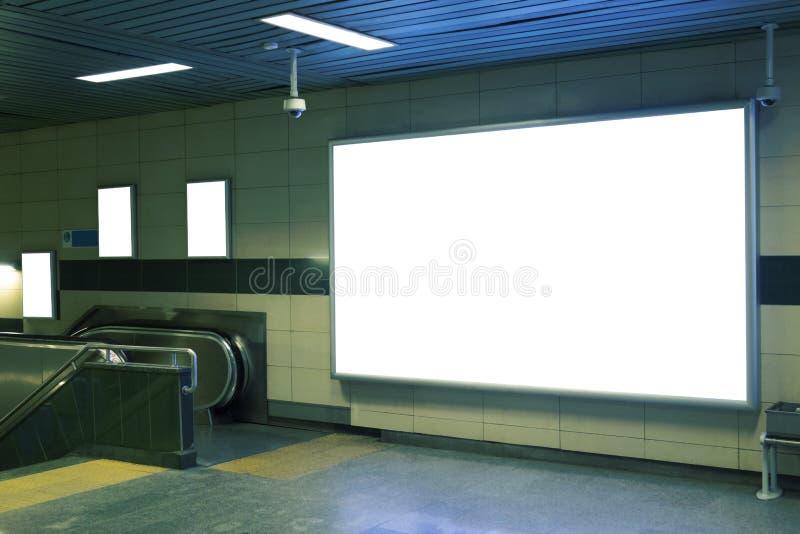 Χλεύη συστημάτων σηματοδότησης εμβλημάτων πινάκων διαφημίσεων επάνω στην επίδειξη στον υπόγειο στοκ φωτογραφίες με δικαίωμα ελεύθερης χρήσης