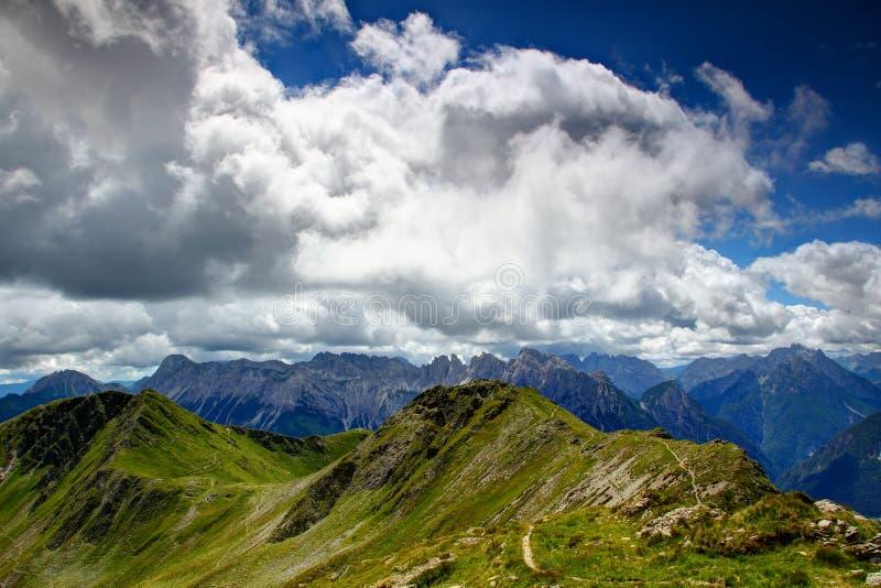 Χλοώδης κύρια κορυφογραμμή Άλπεων Carnic με τις οδοντωτές νότιες Άλπεις Carnic στοκ φωτογραφία με δικαίωμα ελεύθερης χρήσης