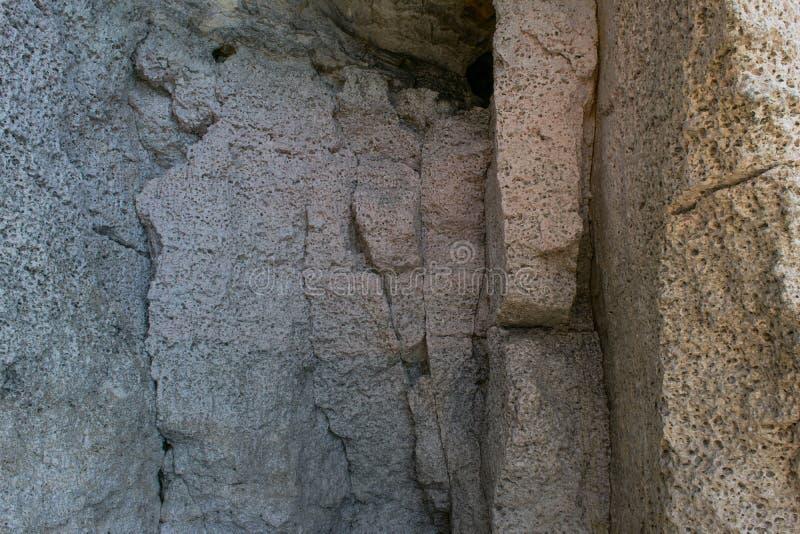 Χλωμός - ρόδινος ασβεστόλιθος, με τις τρύπες διάβρωσης και διάβρωσης, που βρίσκονται σε ένα πρόσωπο απότομων βράχων στη Μάλτα στοκ φωτογραφία με δικαίωμα ελεύθερης χρήσης