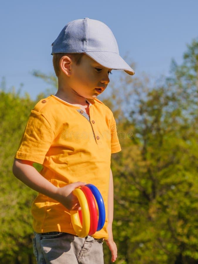 Χλόη διασκέδασης αγοριών παιδιών παιχνιδιού εκτίναξη στοκ φωτογραφία