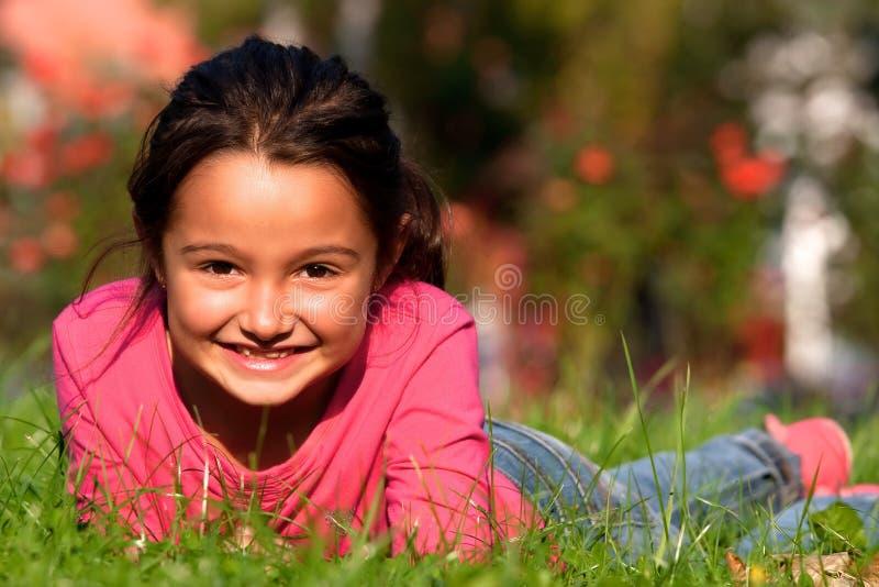 χλόη κοριτσιών που βάζει &epsilo στοκ εικόνες με δικαίωμα ελεύθερης χρήσης