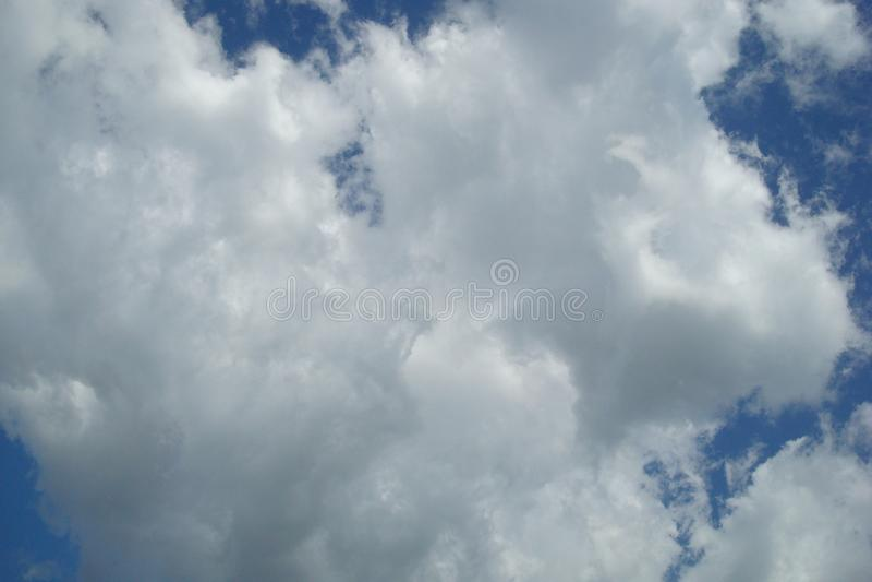 Χνουδωτά σύννεφα στον ουρανό στοκ εικόνες με δικαίωμα ελεύθερης χρήσης