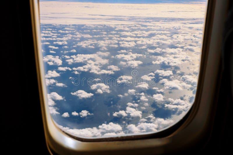 Χνουδωτοί άσπροι σύννεφα και μπλε ουρανός από το αεροπλάνο στοκ φωτογραφία με δικαίωμα ελεύθερης χρήσης