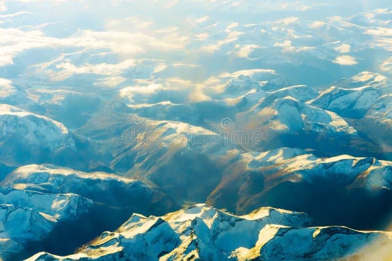 Χνουδωτοί άσπροι σύννεφα και μπλε ουρανός από το αεροπλάνο στοκ φωτογραφίες με δικαίωμα ελεύθερης χρήσης