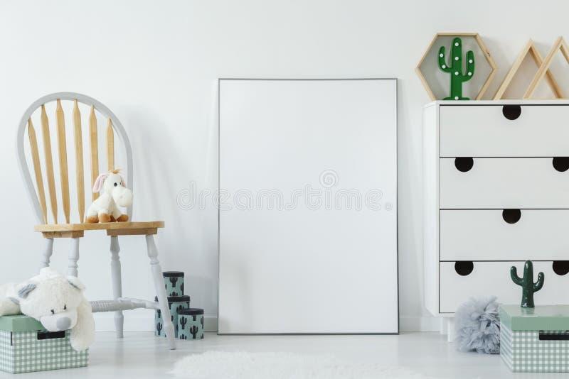 Χνουδωτό παιχνίδι που τοποθετείται στην ξύλινη καρέκλα στα άσπρα εσωτερικά WI δωματίων μωρών στοκ φωτογραφίες