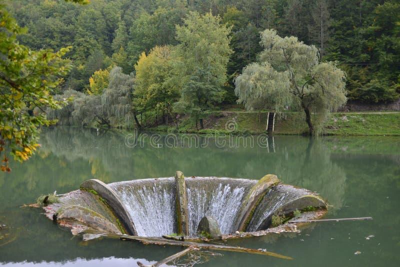 Χοάνη υπερχείλισης στη λίμνη Vida κοντά στο χωριό Luncasprie στοκ εικόνα