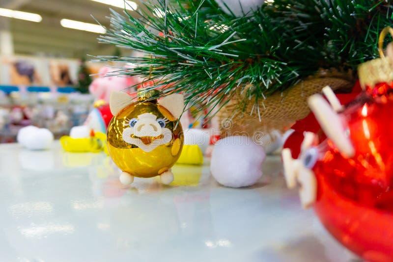 Χοίροι παιχνιδιών Χριστουγέννων για τα Χριστούγεννα, στεφάνι του νέου έτους στοκ εικόνες