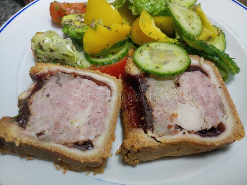 Χοιρινό κρέας, ζαμπόν και hock της Τουρκίας πίτα με τη φρέσκια σαλάτα στοκ εικόνες