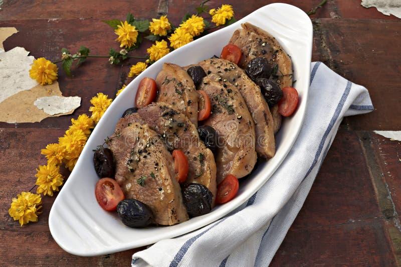 Χοιρινό κρέας με τα δαμάσκηνα και τις ντομάτες στοκ φωτογραφίες με δικαίωμα ελεύθερης χρήσης