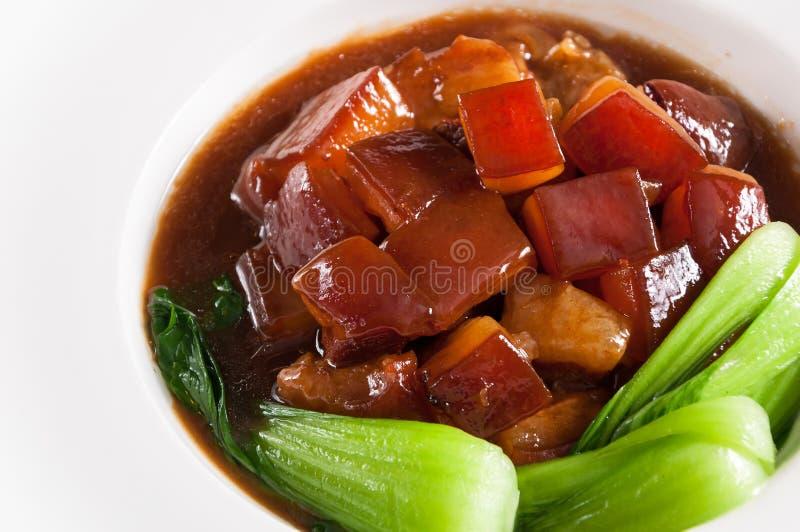 Χοιρινό κρέας που σιγοψήνεται στην καφετιά σάλτσα με τα λαχανικά στοκ φωτογραφίες