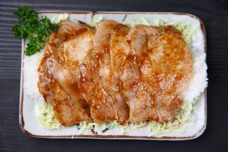 Χοιρινό κρέας που τηγανίζεται με την πιπερόριζα στο ρύζι στοκ φωτογραφίες με δικαίωμα ελεύθερης χρήσης
