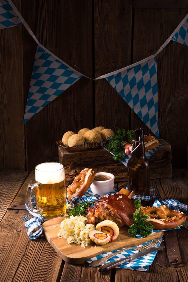 Χοιρινό κρέας Oktoberfest με Sauerkraut στοκ φωτογραφίες με δικαίωμα ελεύθερης χρήσης