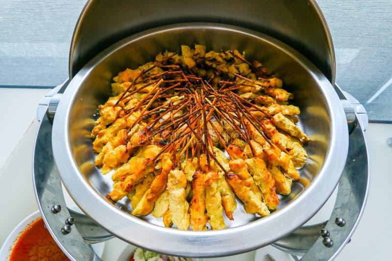 Χοιρινό κρέας satay με τη σάλτσα φυστικιών τουρσιά με τις φέτες αγγουριών και κρεμμύδια στο ξίδι satae μουγκρητού στοκ εικόνες