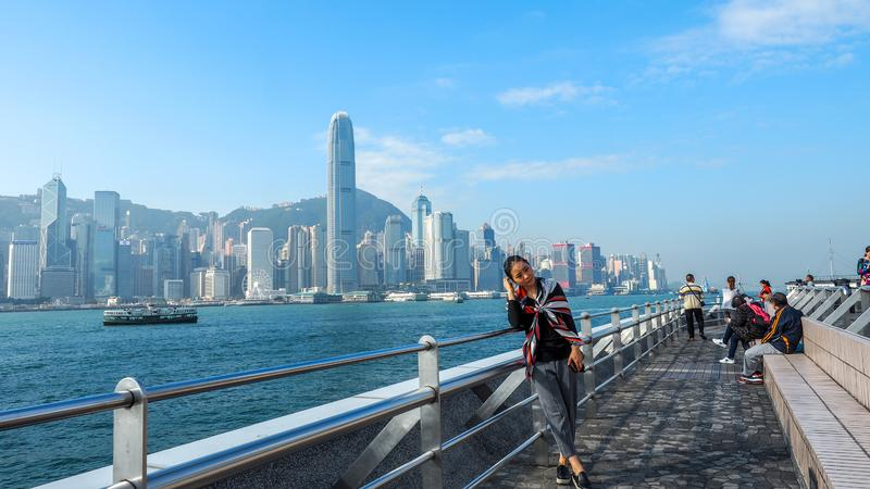 ΧΟΝΓΚ ΚΟΝΓΚ - 10,2016 ΔΕΚΕΜΒΡΙΟΥ: Οι τουρίστες παίρνουν τις εικόνες και απολαμβάνουν το διάσημο ορίζοντα νησιών Χονγκ Κονγκ πέρα  στοκ φωτογραφία με δικαίωμα ελεύθερης χρήσης