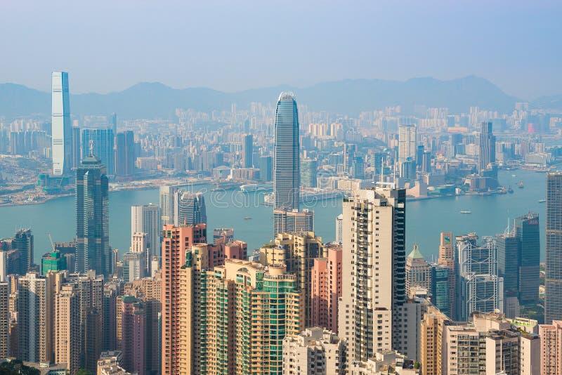 ΧΟΝΓΚ ΚΟΝΓΚ, ΚΙΝΑ - 19 Απριλίου 2018 Άποψη του λιμανιού και των ουρανοξυστών του Χονγκ Κονγκ από το σημείο Βικτώριας στοκ εικόνες