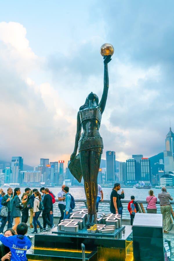 ΧΟΝΓΚ ΚΟΝΓΚ, ΚΙΝΑ - 20 ΦΕΒΡΟΥΑΡΊΟΥ 2019: Άγαλμα και ορίζοντας στη λεωφόρο των αστεριών στο Χονγκ Κονγκ, Κίνα Ο περίπατος τιμά τις στοκ εικόνα