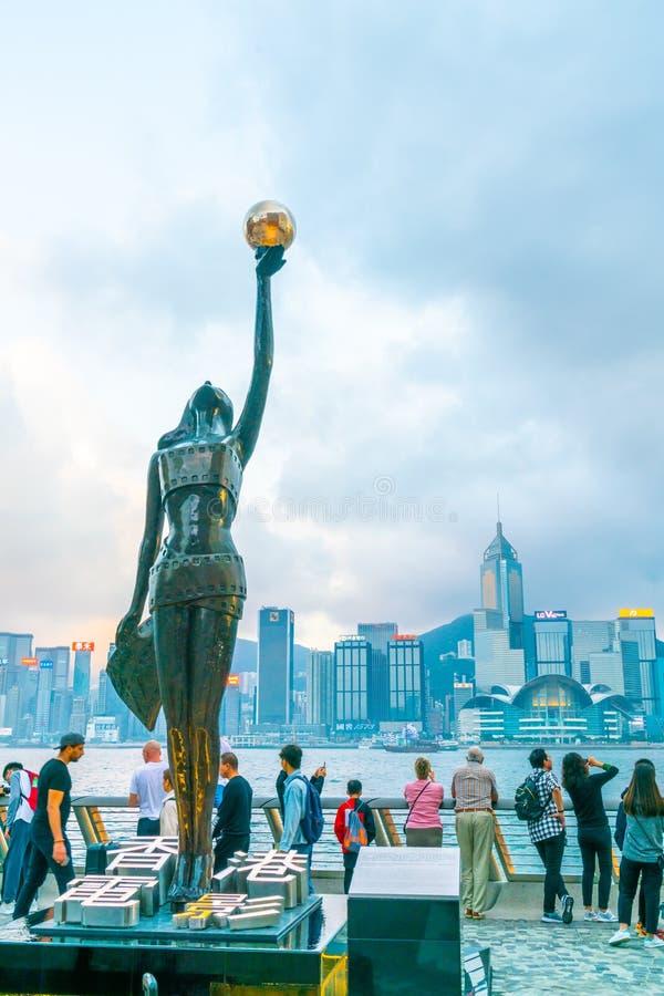 ΧΟΝΓΚ ΚΟΝΓΚ, ΚΙΝΑ - 20 ΦΕΒΡΟΥΑΡΊΟΥ 2019: Άγαλμα και ορίζοντας στη λεωφόρο των αστεριών στο Χονγκ Κονγκ, Κίνα Ο περίπατος τιμά τις στοκ φωτογραφίες