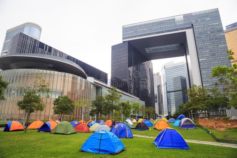 ΧΟΝΓΚ ΚΟΝΓΚ - 7 ΝΟΕΜΒΡΊΟΥ: Οι κάτοχοι στρατοπεδεύουν έξω από τα νέα κεντρικά κυβερνητικά γραφεία σε ναυαρχείο, Χονγκ Κονγκ στοκ εικόνες με δικαίωμα ελεύθερης χρήσης