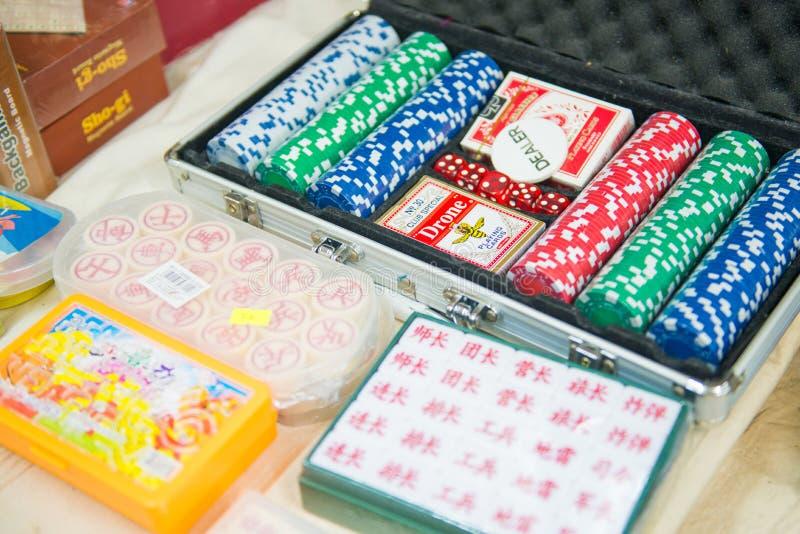 Χονγκ Κονγκ, στις 25 Σεπτεμβρίου 2016:: χαρτοπαικτική λέσχη και τυχερό παιχνίδι τσιπ στο παιχνίδι s στοκ εικόνες