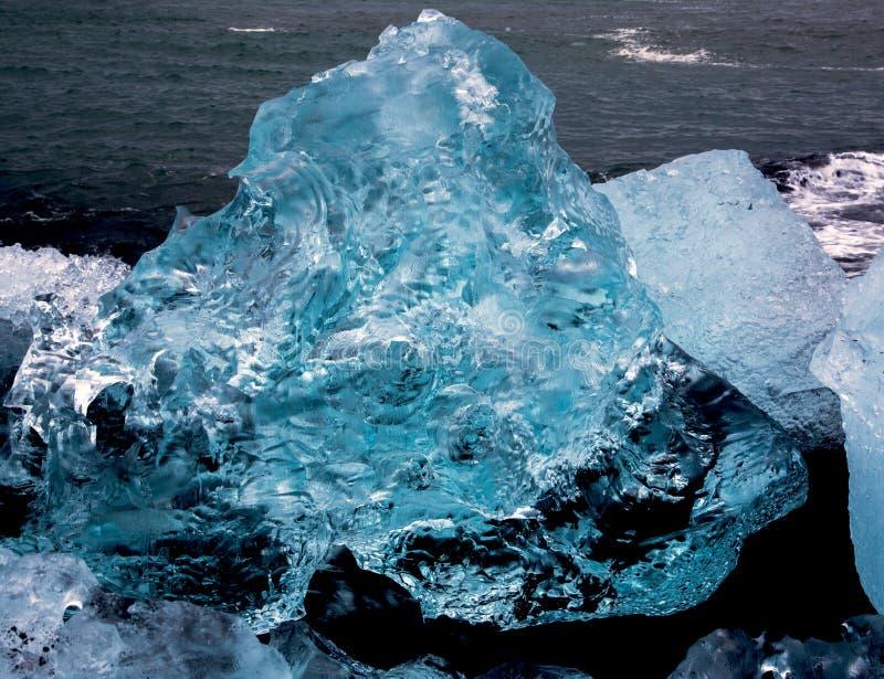 Χοντρά κομμάτια πάγου παγετώνων στην παραλία διαμαντιών στοκ εικόνες με δικαίωμα ελεύθερης χρήσης