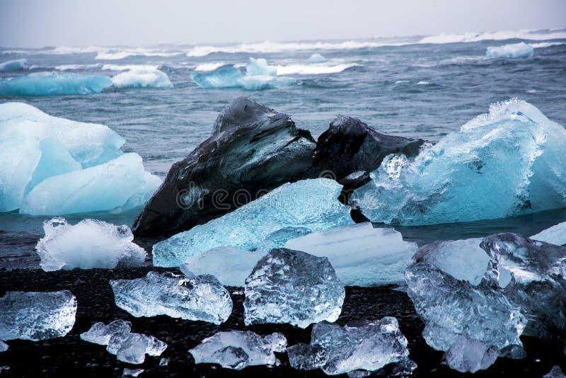 Χοντρά κομμάτια πάγου παγετώνων στην παραλία διαμαντιών στοκ εικόνες
