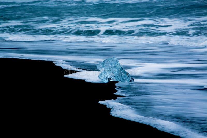 Χοντρά κομμάτια πάγου παγετώνων στην παραλία διαμαντιών στοκ φωτογραφίες με δικαίωμα ελεύθερης χρήσης